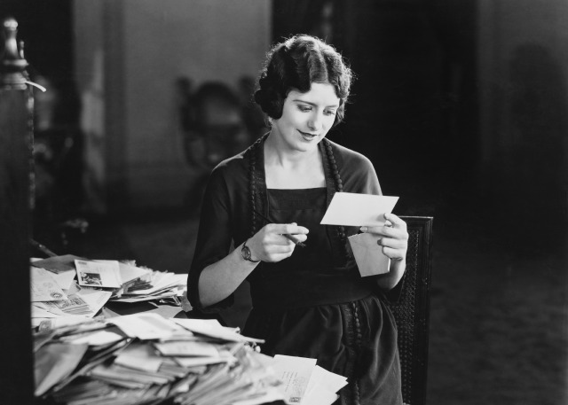 retro-women-with-letter
