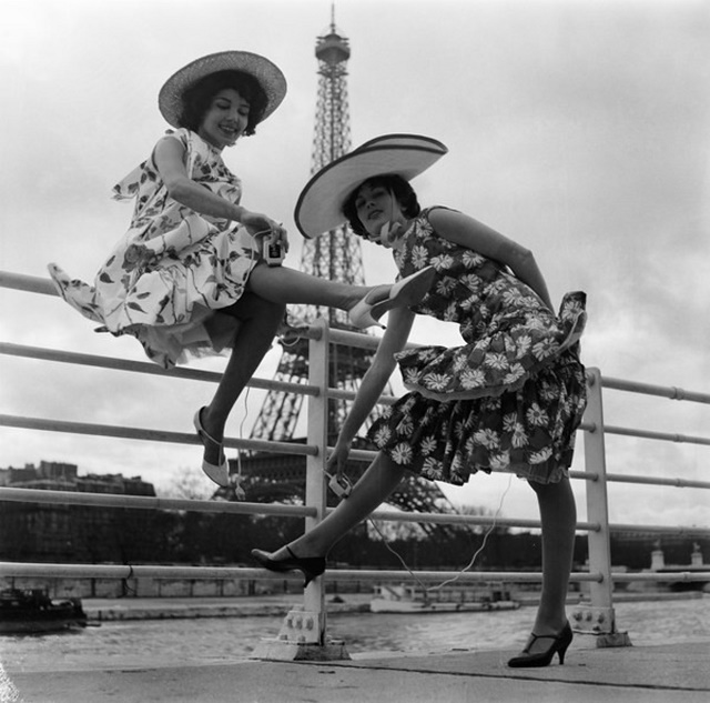 2-B10-R1-1958-1 (1064236) Models presenting electric shavers. Personal hygiene / Shaving: - Two models presenting electric shavers for ladies, at a quay on the river Seine in Paris. In the background: the Eiffel Tower. - Photo, 28 March 1958.